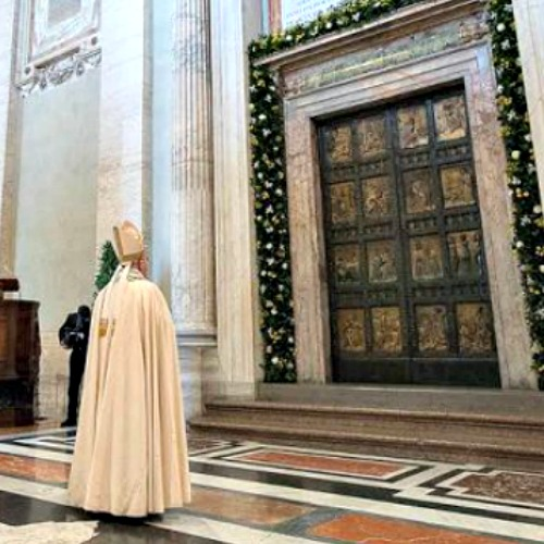 Pope_Francis_before_the_Holy_Door_of_St_Peters_Basilica_during_the_convocation_of_the_Jubilee_of_Mercy_April_11_2015_Credit_LOsservatore_Romano